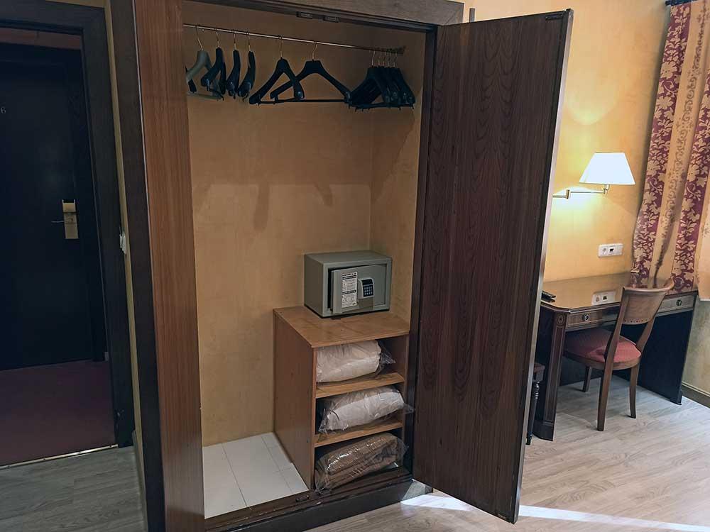 Hotel-Cordon-Armario-con-caja-Fuerte